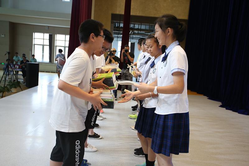 京沈两地的学生互相为小伙伴送上心爱的好书_副本.jpg