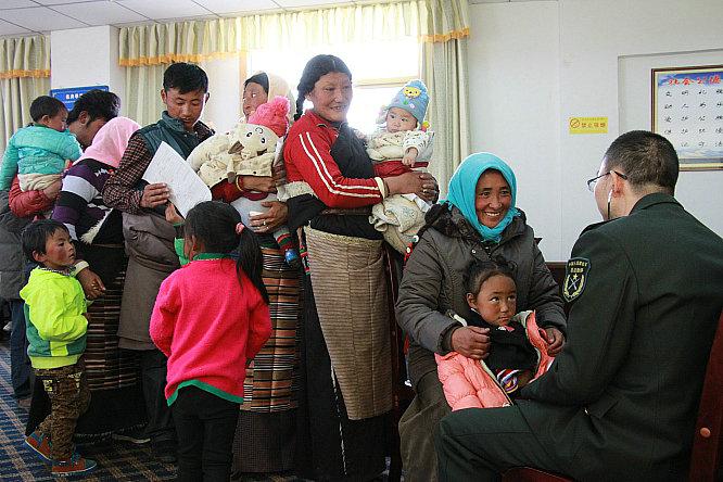 孩子们在家长的陪同下接受中国人民解放军总医院心血管外科副主任医生叶卫华的检查.JPG