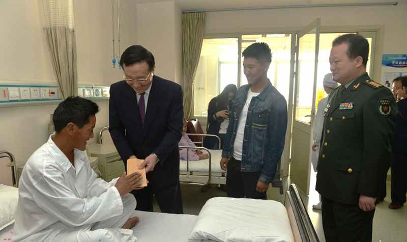 本公會長看望西藏包蟲病患者.jpg