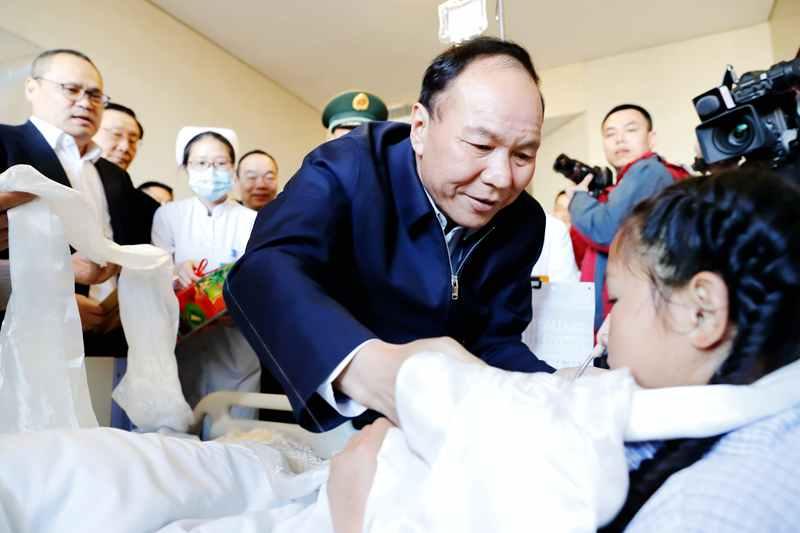 西藏自治區主席齊扎拉向13歲的小姑娘達珍敬獻哈達,祝福她早日康復! 攝影:景福蘭.JPG