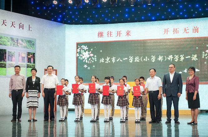 参会领导为获奖学生颁发优秀作品奖  摄影:王建军.jpg