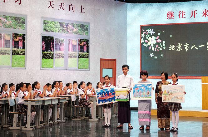 八一学校的学生与缅甸学生互赠绘画.jpg