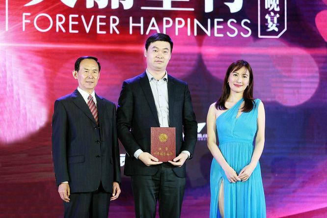中华慈善总会常务副会长王树峰和著名演员叶璇为爱心人士颁发证书 (14406)666.jpg